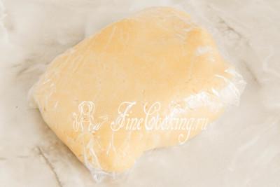 Шаг 5. Собираем рубленое тесто в ком, заворачиваем в пищевую пленку (или кладем в пакет) и отправляем в холодильник на 30-60 минут
