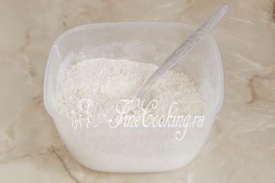 Шаг 4. В отдельной миске соединяем измельченные орехи, а также просеянную пшеничную муку, смешанную с разрыхлителем и щепоткой ванилина (можно заменить чайной ложкой ванильного сахара)