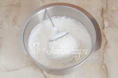 Шаг 5. Следом нужно взбить яичные белки с сахаром