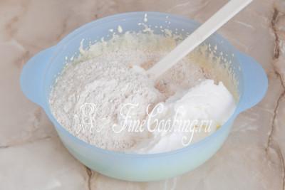 Шаг 8. Добавляем к желтковой основе сухую смесь из шага 4 (мука, орехи, разрыхлитель и ванилин) и примерно пятую часть взбитых белков