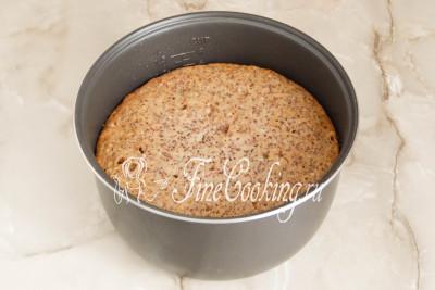 Шаг 12. В предварительно прогретой духовке готовим бисквит с грецкими орехами при 180 градусах около часа (ориентируйтесь на свою духовку и проверяйте на сухую лучину)