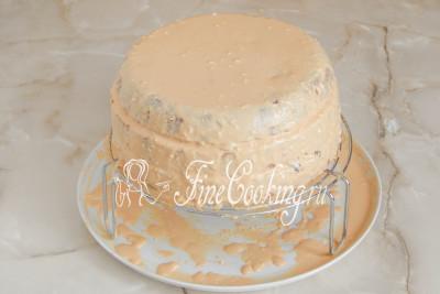 Шаг 22. Таким образом прослоите три коржа, также смазывая бока торта