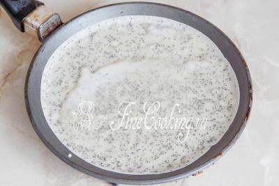 Шаг 9. Разогреваем сковороду (у меня тяжелая блинница, которую не нужно смазывать маслом - к ней ничего не прилипает) и наливаем чуть больше столовой ложки теста