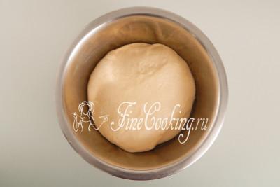 Спустя 1 час (время - понятие относительное, может понадобиться больше или меньше) дрожжевое тесто на кефире очень хорошо поднимется, увеличится в объеме примерно в 2-2,5 раза