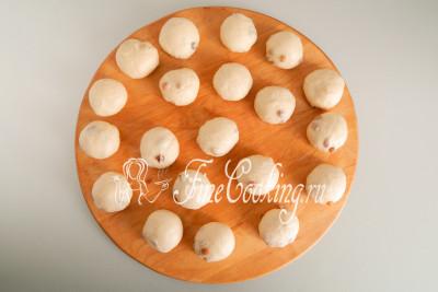 Формовка булочек с изюмом очень проста - сделаем их просто круглыми