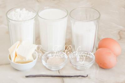 Шаг 1. Для приготовления сдобных ванильных булочек возьмем пшеничную муку высшего сорта, молоко любой жирности (я использую 2,5%), 2 куриных яйца среднего размера (45-50 граммов каждое), сахарный песок, сливочное масло (жирностью 72-82%), соль, быстродействующие дрожжи (о дрожжах напишу чуть ниже) и стручок ванили