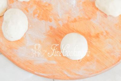 Шаг 17. Переворачиваем шарик теста швом вниз и округляем будущие булочки