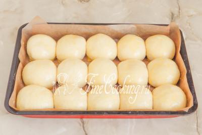 Шаг 22. Перед посадкой в духовку смазываем будущие булочки желтково-молочной смесью (шаг 6), которую минут за 15 достаем из холодильника и даем согреться на столе