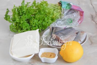 Шаг 1. Готовить домашнее селедочное масло мы будем из хорошего сливочного масла, филе [соленой селедки](/recipe/klassicheskij-forshmak-iz-seledki), сока лимона, столовой горчицы и свежей зелени (у меня петрушка, но вкуснее будет с укропом, которого у меня на тот момент просто не было)