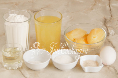Шаг 1. Чтобы приготовить домашнее дрожжевое тесто на картофельном отваре, нам понадобятся следующие ингредиенты: пшеничная мука (у меня высшего сорта, но подойдет и первого), картофельный отвар и вареный в нем картофель, сырое куриное яйцо, рафинированное растительное (я использую подсолнечное) масло, соль, сахарный песок и быстродействующие дрожжи