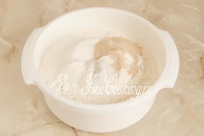 Шаг 2. В миску просеиваем (лучше дважды) пшеничную муку