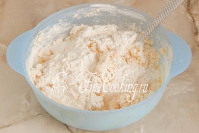 Шаг 7. Вначале можно перемешать ингредиенты ложкой или вилкой, чтобы мука увлажнилась, впитав в себя жидкость