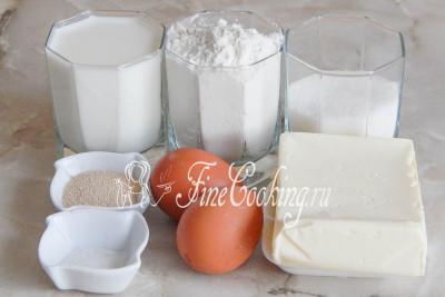 Шаг 1. В рецепт приготовления теста входят такие продукты: мука пшеничная, молоко, сливочное масло, сахарный песок, немного соли, куриные яйца и дрожжи
