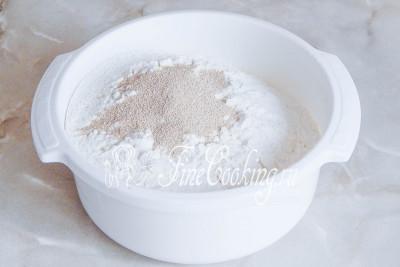 Шаг 2. Первым делом просеиваем в миску муку - ее может понадобиться чуть больше или меньше в зависимости от влажности данного продукта