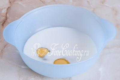 Шаг 3. В теплое молоко в другой посуде вбиваем яйца