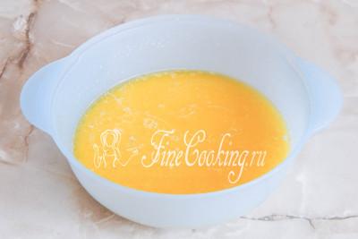 Шаг 4. Затем вливаем растопленное сливочное масло - оно должно быть едва теплым