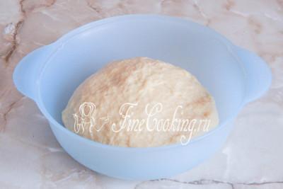 Шаг 7. Вымешивать дрожжевое тесто холодного приготовления нужно не менее 15 минут, так как в его состав входит очень много жиров