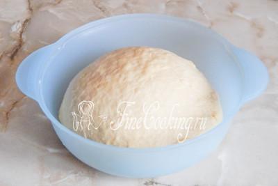 Шаг 8. Готовое дрожжевое тесто немного увеличивается в размере и приобретает характерную пористость