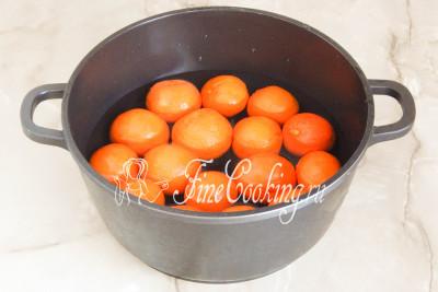 Шаг 2. Вначале очень тщательно моем мандарины, так как в джеме будет также использоваться шкурка