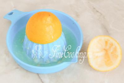 Шаг 3. Крупный лимон моем и любым удобным способом выжимаем из него сок