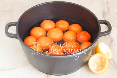 Шаг 4. Переливаем лимонный сок в кастрюлю с мандаринами