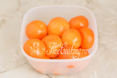 Шаг 6. Спустя полчаса мандарины будут готовы - они станут мягкими и частично утратят форму