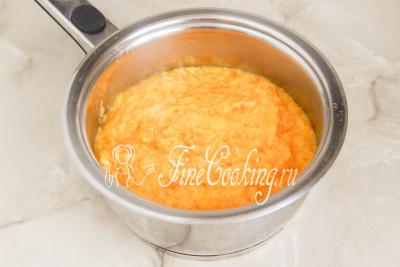 Шаг 9. Переливаем фруктовое пюре в толстостенную кастрюлю