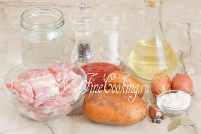 Шаг 1. Для приготовления этого вкусного и сытного второго блюда возьмем картофель, мякоть свинины, репчатый лук, воду, томатный соус, рафинированное растительное масло, пшеничную муку, чеснок, молотый черный перец и душистый перец горошек, соль, сахар и лавровый лист