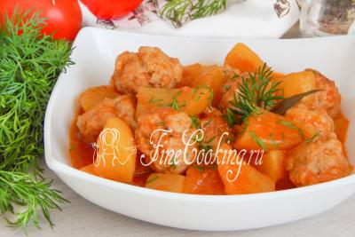 Шаг 16. Подаем это ароматное, вкусное и сытное блюдо в горячем виде со свежими (консервированными) овощами и зеленью