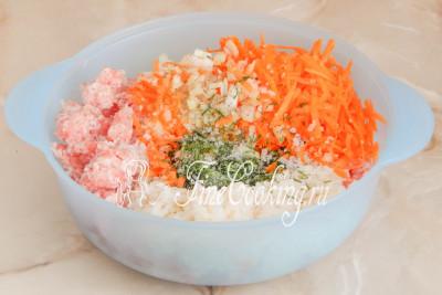 Шаг 7. Солим и перчим по вкусу, добавляем измельченную свежую зелень