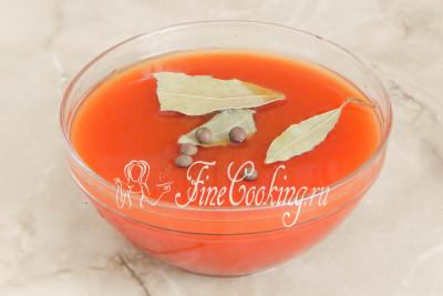 Шаг 13. Сделаем заливку: в 500 миллилитрах воды распускаем томатную пасту, солим по вкусу, добавляем лавровый лист и горошины душистого перца