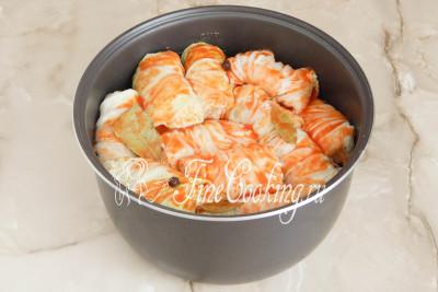 Шаг 16. Добавляем томатную заливку вместе с лавровым листом и душистым перцем