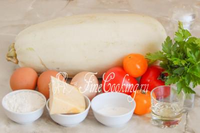 Шаг 1. Для приготовления кабачковой пиццы нам понадобится кабачок (масса в уже очищенном виде), помидоры, куриные яйца, любой сыр, свежая петрушка, немного рафинированного растительного масла, пшеничная мука, манка и соль