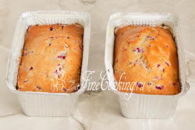 Шаг 11. Ставим формы с тестом в горячую духовку и печем кексы с красной смородиной на среднем уровне при 180 градусов около часа