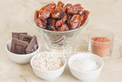 Шаг 1. В рецепт этих домашних конфет входят следующие ингредиенты: финики, шоколад, овсяные хлопья, кокосовая стружка и какао-порошок