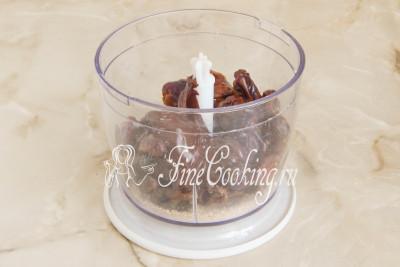 Шаг 7. Перекладываем растопленный шоколад к остальным продуктам