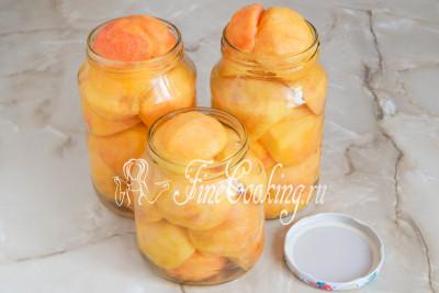 Шаг 5. Теперь в кастрюльке доводим до кипения воду и крутым кипятком заливаем персики в банках