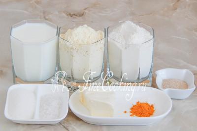 Шаг 1. В рецепт этого простого [вкусного хлеба в хлебопечке](/recipe/jaichnyj-hleb) входят такие ингредиенты: два вида муки (пшеничная и кукурузная мелкого помола), молоко, сливочное масло, соль, сахарный песок, сухие активные дрожжи и немного куркумы для более насыщенного цвета