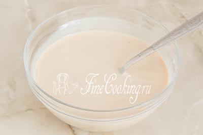 Шаг 5. Перемешиваем все до полного растворения дрожжей - свежие очень быстро расходятся в молоке