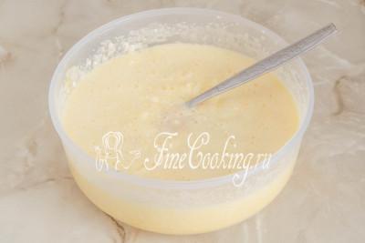 Шаг 6. Теперь наливаем дрожжевое топленое молоко в яично-масляную смесь