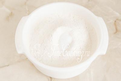Шаг 11. 500 граммов пшеничной муки высшего сорта смешиваем с 1 чайной ложкой соли (желательно мелкой), после чего просеиваем (лучше дважды), чтобы избавиться от возможного мусора и комочков
