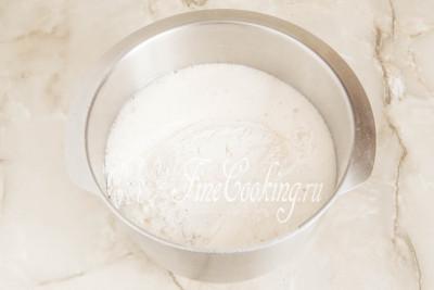 Шаг 12. Добавляем муку с солью в жидкую основу