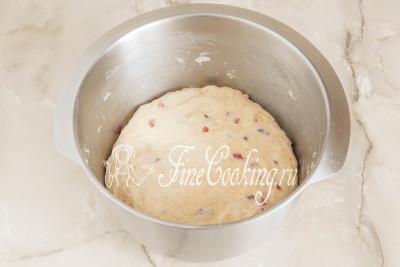 Шаг 16. Вмешиваем добавки в дрожжевое тесто, округляем его и снова на брожение в тепло примерно на 1-1,5 часа