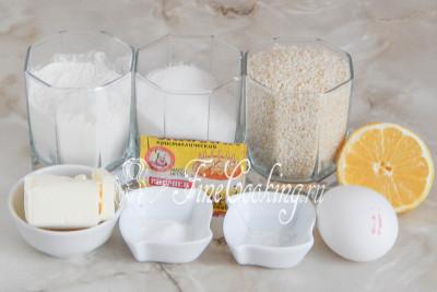 Шаг 1. В рецепт кунжутного [печенья](/recipe/detskoe-pechene-na-syvorotke) входит белый кунжут, пшеничная мука, сахарный песок, куриное яйцо, сливочное масло, лимонный сок, немного соли и разрыхлитель