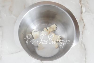 Шаг 4. Отдельно соединяем мягкое сливочное масло с сахарным песком и ванилином (можно заменить чайной ложкой ванильного сахара)