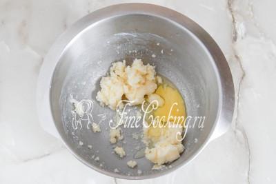 Шаг 5. Растираем все и добавляем одно куриное яйцо и сок лимона