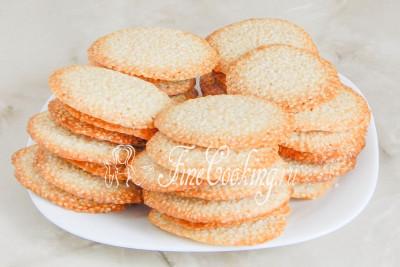 Шаг 11. Готовому кунжутному печенью дайте несколько минут остыть и  прийти в себя, то есть затвердеть