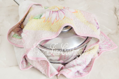 Шаг 8. Накрываем крышкой и укутываем кастрюлю чем-нибудь теплым: полотенцем, пледом или одеялом