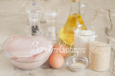 Шаг 1. Для приготовления домашних наггетсов возьмем куриную грудку, куриные яйца, пшеничную муку любого сорта, панировочные сухари, рафинированное растительное масло, сушеный гранулированный чеснок, соль, молотый черный перец