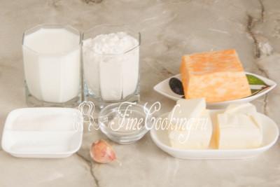 Шаг 1. В рецепт обезьяньего хлеба входят следующие ингредиенты: мука пшеничная (высшего сорта), молоко (можно брать любой жирности), любой твердый или полутвердый сыр (Российский в ингредиентах я предлагаю как вариант, сама же использую Мраморный - суть та же), сахар, масло сливочное, свежий чеснок, соль и быстродействующие дрожжи (подробно о дрожжах читайте ниже)